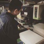 穴あけ作業中。オリジナルルーズリーフ作ってます。#20170406 #ルーズリーフ #オリジナル #製本工場 #穴あけ