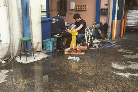 繁忙期前に大掃除です。中綴機のチェーンを水洗い!#20170502 #大掃除 #製本工場