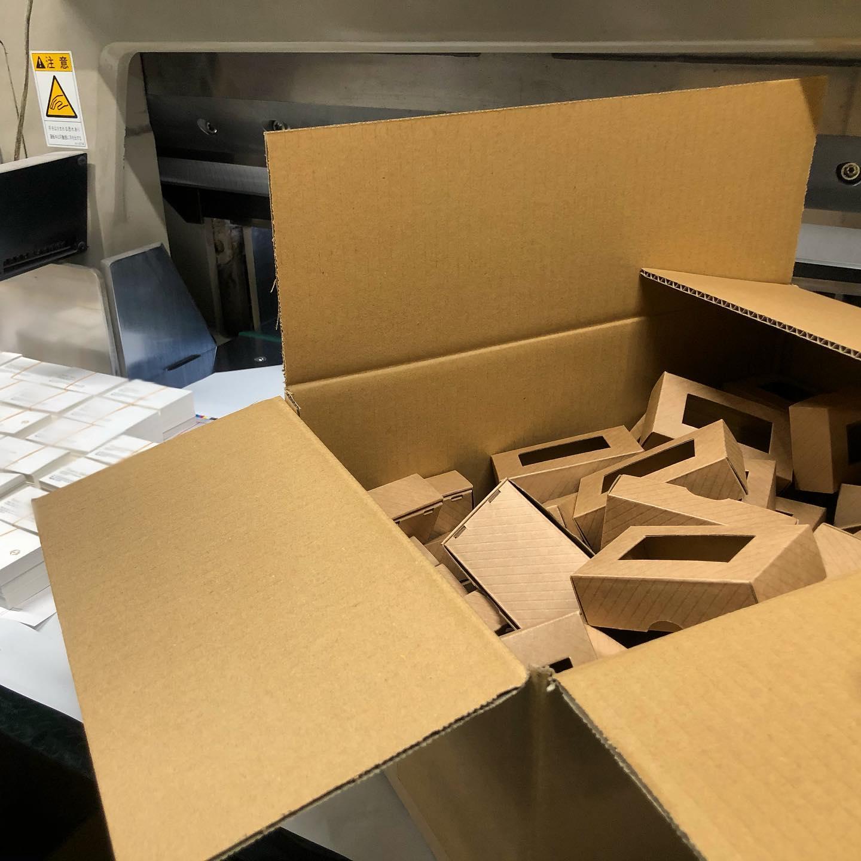 この名刺箱、気に入りました️分厚い用紙でも1箱で収納可能プラでなく紙だからエコフレンドリ〜柄も入ってて可愛い!お届けお待ちください〜(^^)#名刺 #こだわり名刺 #名刺箱