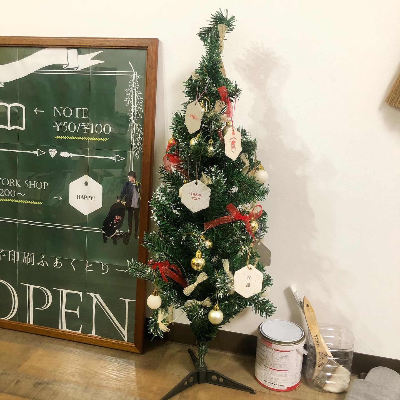 今年もクリスマスツリー出しました#nozomipaper (手漉きの再生紙)のオーナメント付きお気に入りの紙のオーナメントもう3年くらい同じ飾りなので、来年は新しい飾りにしたいなぁ#クリスマスツリー #Xmas #冊子印刷ファクリー #製本工場