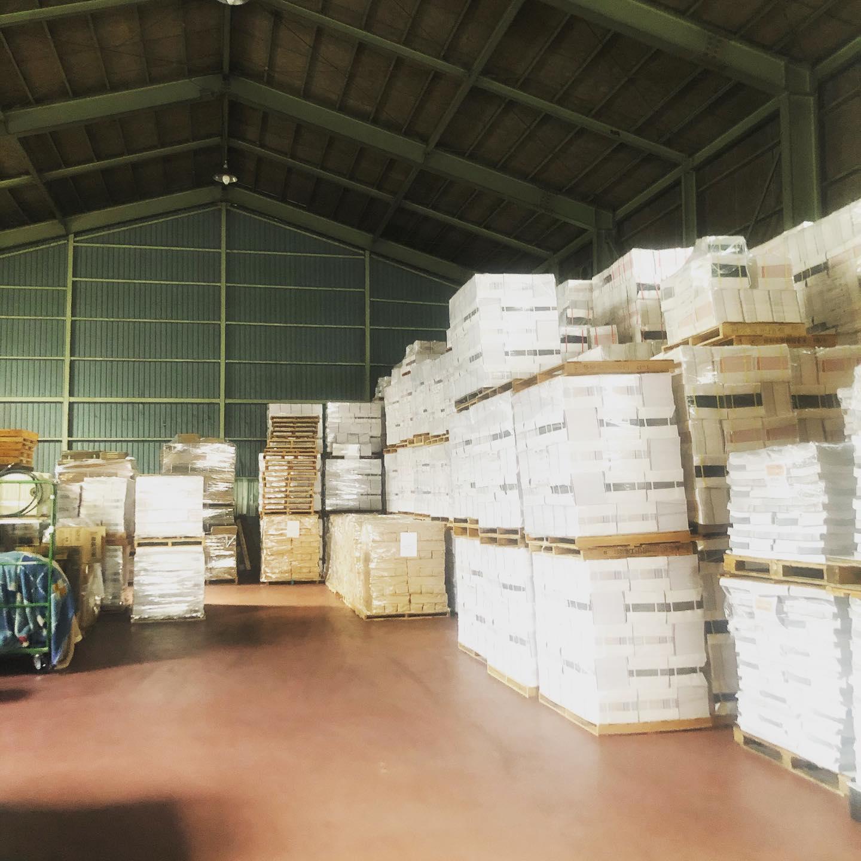 ある日の倉庫この本たちは今誰の手の元に...??🤲#冊子印刷ふぁくとりー #製本工場 #本づくり #倉庫 #床冷え 🥶