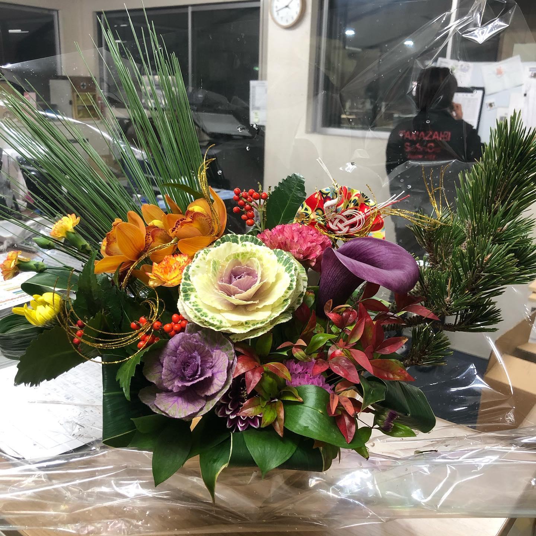 新年あけましておめでとうございます本日より、営業スタートいたしました!今年も皆様のお役に立てますよう精進してまいります!どうぞよろしくお願いいたします。.新年のお花は @kumakonohanayasan にお願いしましたいつもありがとうございます.#新年のご挨拶 #2021 #丑年 #製本工場 #今年はパワーアップ #今年はレベルアップ